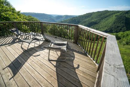 Hébergement Nattitude : Le Belvédère, à Lapeyrugue (15) Terrasse au soleil Panorama à perte de vue