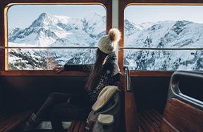 Femme qui regarde par la fenêtre © Max Coquard - BestJobers