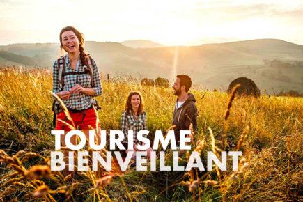 Amis à la campagne qui partagent et rient ensemble / Visuel Tourisme Bienveillant